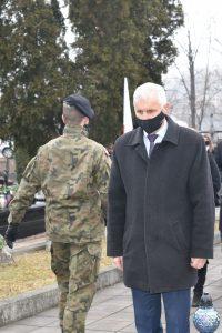Wiceprzewodniczący Rady Powiatu Limanowskiego Józef Pietrzak podczas oddawania hołdu poległym żołnierzom