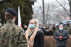 Burmistrz miasta Mszana Dolna podczas oddawania hołdu poległym żołnierzom.