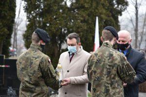 Wójt Gminy Laskowa Piotr Stach wraz z Dyrektorek GOK w Laskowej Zdzisławem Pajorem podczas przekazania zniczy na ręce strzelca do zlożenia na gorbie poległych żołnierzy.