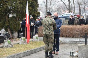 Przedstawicieli Gminy Łukowica podczas przekazywania znicza na ręce strzelca do złożenia na grobie poległych żołnierze.