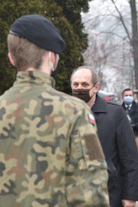 Radny powiatu Limanowskiego Stefan Hutek podczas oddawania hłdu polgłym żołnierzom.