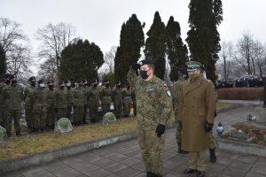 Podpułkownik Straży Granicznej Przemysła Juszczak podczas składania hołdu poległym żolnierzom przed kwaterą wojenną.