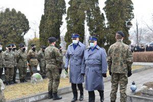 Zastępca Komendanta Powiatowego Policji w Limanowej młodszy inspektor Krzysztof Chochliński wraz z podczas skłądania hołdu poległym żołnierzom.