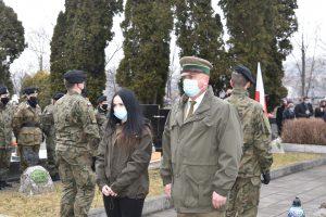 Dwóch Przedstawicieli (pani i pan) Nadlesnictwa Limanowa podczas składania hołdu poległym żołnierzom