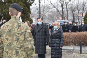 Dyrkeotr Powiatowego Urzędu Pracy w Limanowej wraz ze swoim zastępcą Anną Cuper oraz pracownikiem PUP (radną powiatową) Marzeną Gąsior podczas oddawania hołdu żołnierzom niezłomnym.