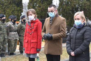 Przedstawiciele Limanowskiego Domu Kultury podczas składania hołdu poległym żolnierzom.