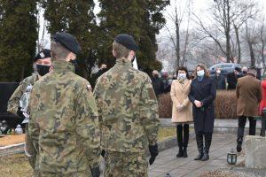 Przedsatwicielki Biblioteki podczas oddawania hołdu poległym żołnierzom