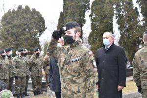 Przedstawiciele limanowskiego CECHU podczas oddawania hołu poległym żołnierzom. Członek Związku strzelec salutuje pod kwaterą wojenna