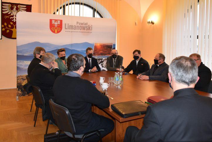 Podpisanie umów na sali konferencyjnej. Przy stole siedza przedstawiciele Zarządu Powiatu oraz roboszczowie parafii które otrzymały w tym roku doatcję.