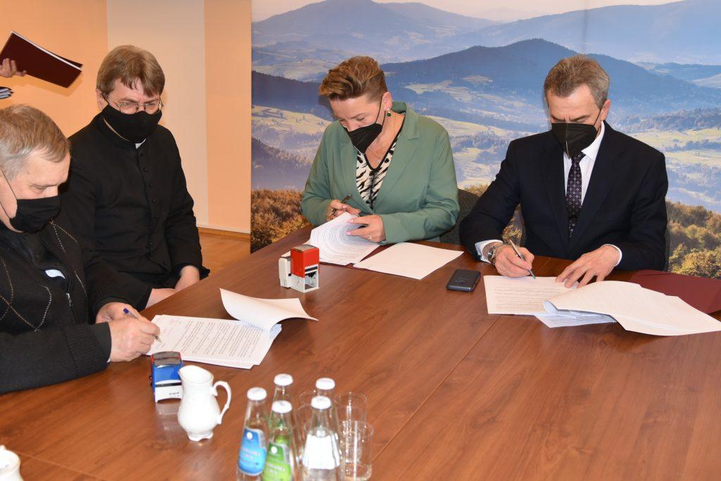 podpisywanie umów na renowację zabytków w sali konferencyjnej Starostwa Powiatowego w Limanowej