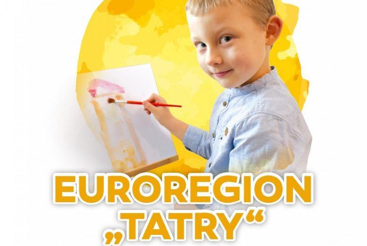 Plakat - euroregion tatry oczami dzieci. Mały chłopiec maluje farbami rysunek.