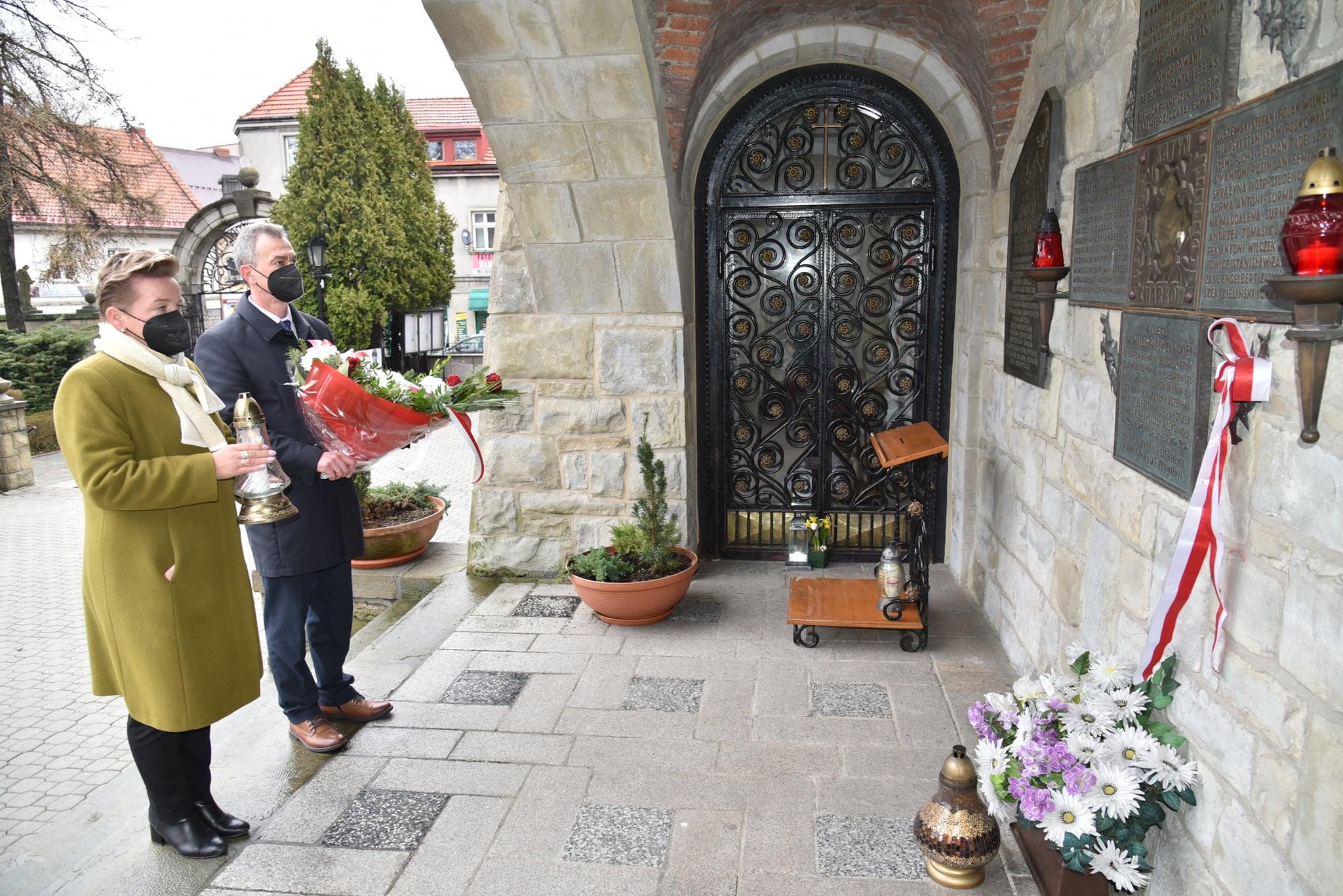 Starosta Limanowski Mieczysław Uryga oraz Wicestarosta Agata Zięba składają wiązankę przed tablicami katyńskimy