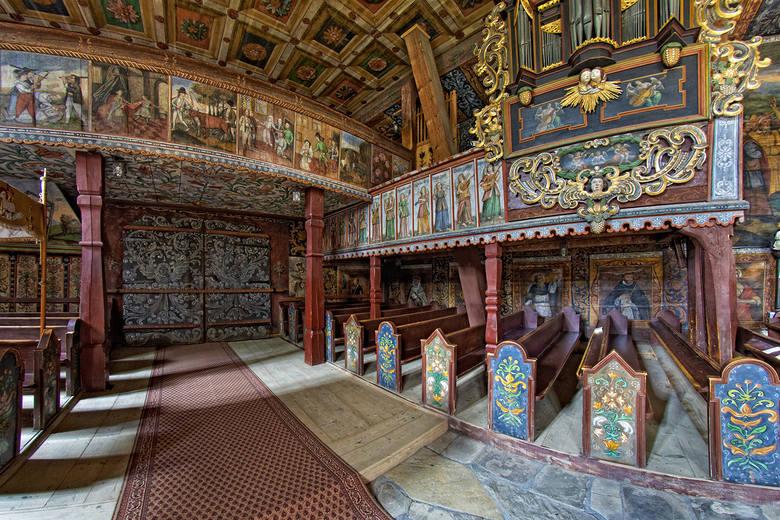 Zdjęcie wnętrza kościółka.