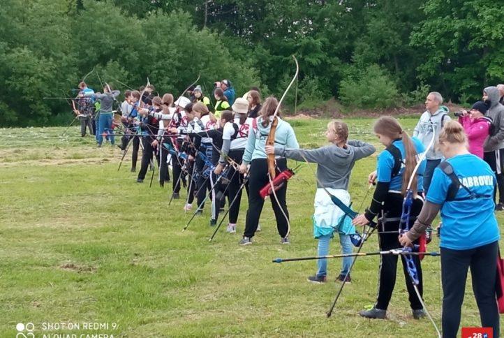 Widok na dzieci strzelające z łuku, biorące udział w zawodach