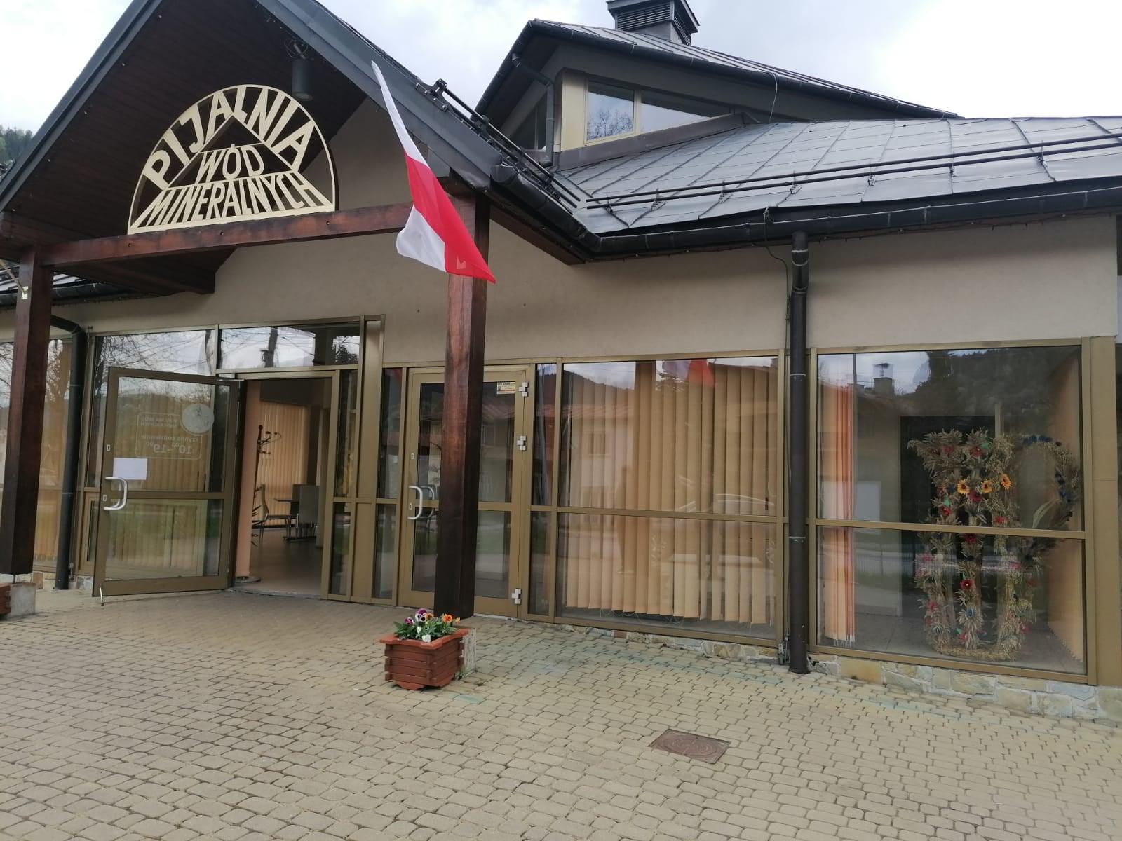 Zdjęcie przedstawiajace wejscie główne do Pijalni Wód Mineralnych w Szczawie