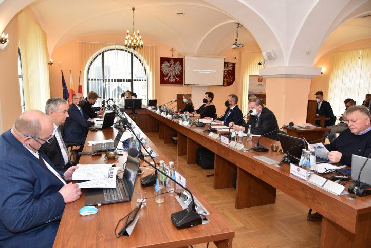 XVII Sesja Powiatu Limanowskiego, zdjęcie przedstawiające radnych podczas głosowania