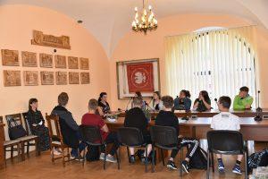 Uczniowie Szkoły Podstawowej na Pasierbcu oraz ich opiekunowie w sali konferencyjnej Starostwa Powiatowego w Limanowej