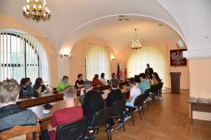 Uczniowie Szkoły Podstawowej na Pasierbcu oraz ich opiekunowie w sali konferencyjnej Starostwa Powiatowego w Limanowej 2