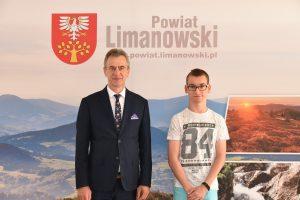 Uczeń Szkoły Podstawowej na Pasierbcu na zdjęciu z Mieczysławem Urygą - Starostą Powiatu Limanowskiego