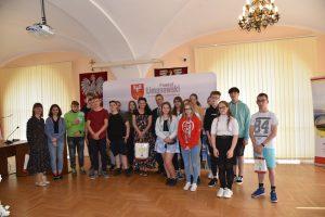 Uczniowie Szkoły Podstawowej na Pasierbcu oraz ich opiekunowie wraz ze Starosta Powiatu - Mieczyslawem Urygą w sali konferencyjnej Starostwa Powiatowego