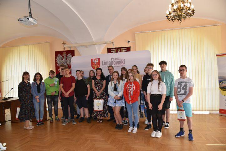 Zdjęcie grupowe uczniów ze Starostą Limanowskim Mieczysławem Urygą na sali konferencyjnej