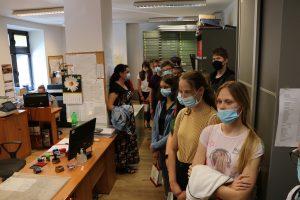Uczniowie szkoły na Pasierbcu z wizytą w PCIR. Zwiedzanie budynku Starostwa