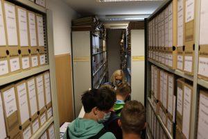 Uczniowie szkoły na Pasierbcu z wizytą w Starostwie Powiatowym . Wizyta w archiwum