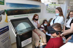 Uczniowie szkoły na Pasierbcu z wizytą w PCIT. Grupa uczniów podczas korzystania z gogle VR