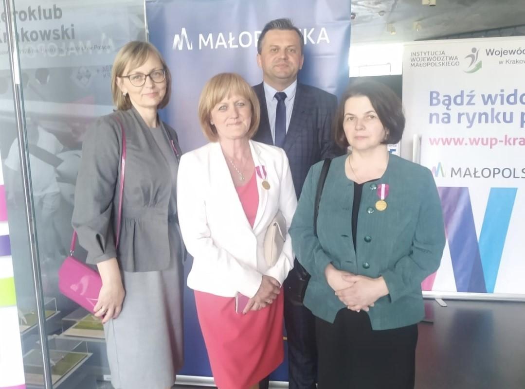 Wyrożnieni pracownicy Urzędu Przcy w Limanowej na wspólnym zdjęciu z Dyrektorem PUP Markiem Młynarczykiem