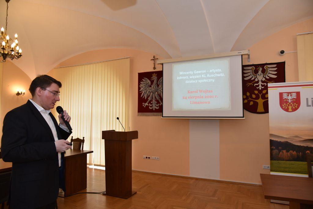 Karol Wojtas podczas prezentacji referatu