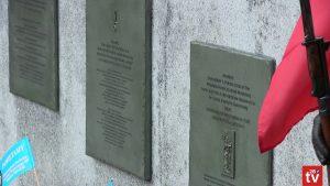 Widok w zbliżeniu na talice pamiątkowe umieszczone na obelisku.