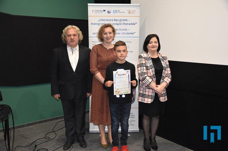 Jury konkursu wraz z nagrodzym chłopcem w sali kameralnej limanowskiego domu kultury
