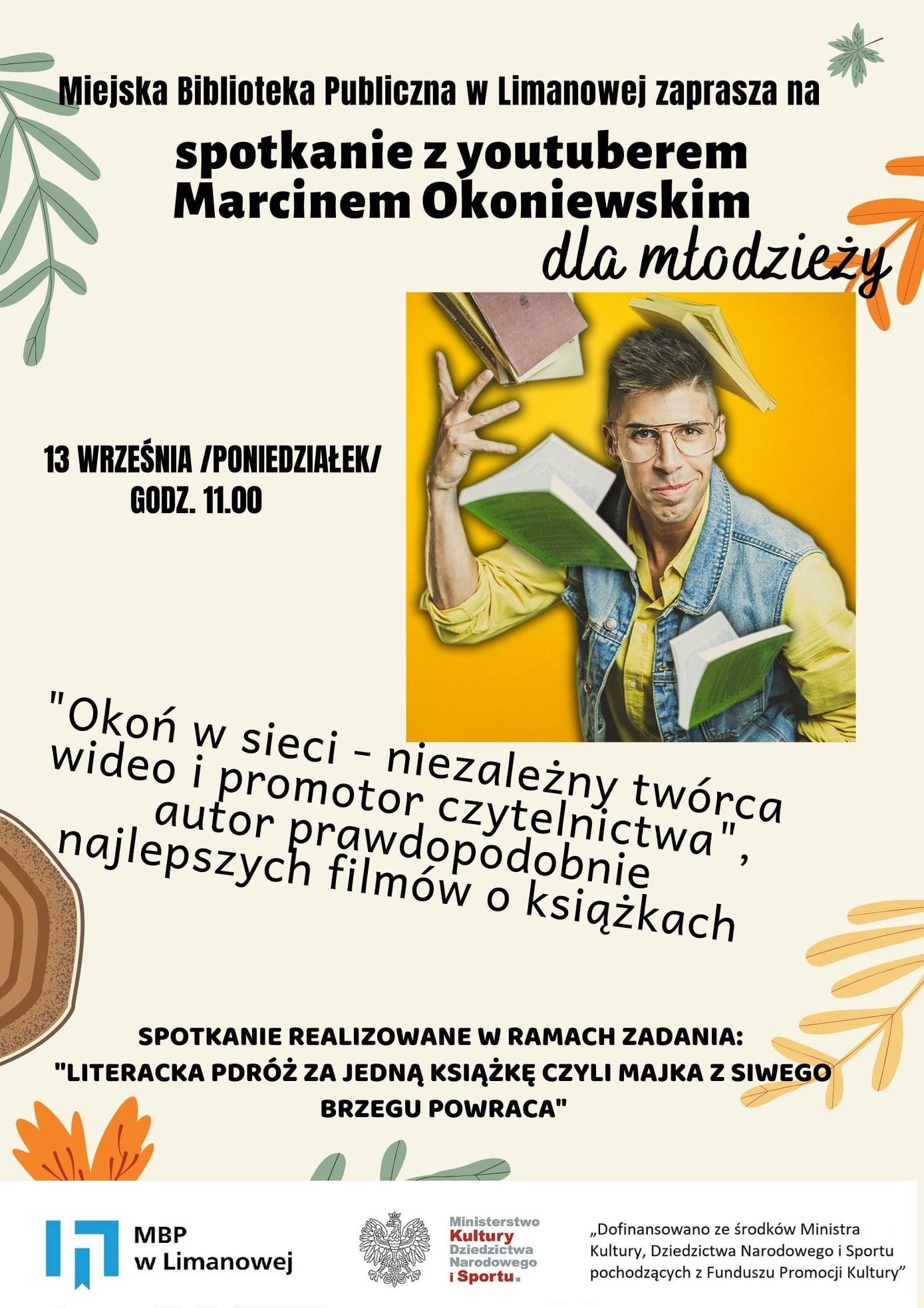 Zdjęcie przedstawia plakat informujący o spotkaniu z Marcinem Okoniewskim, dziennikarzem i youtuberem, niezależnym twórcą wideo i promotorem czytelnictwa, które odbędzie się 13 września 2021 r.