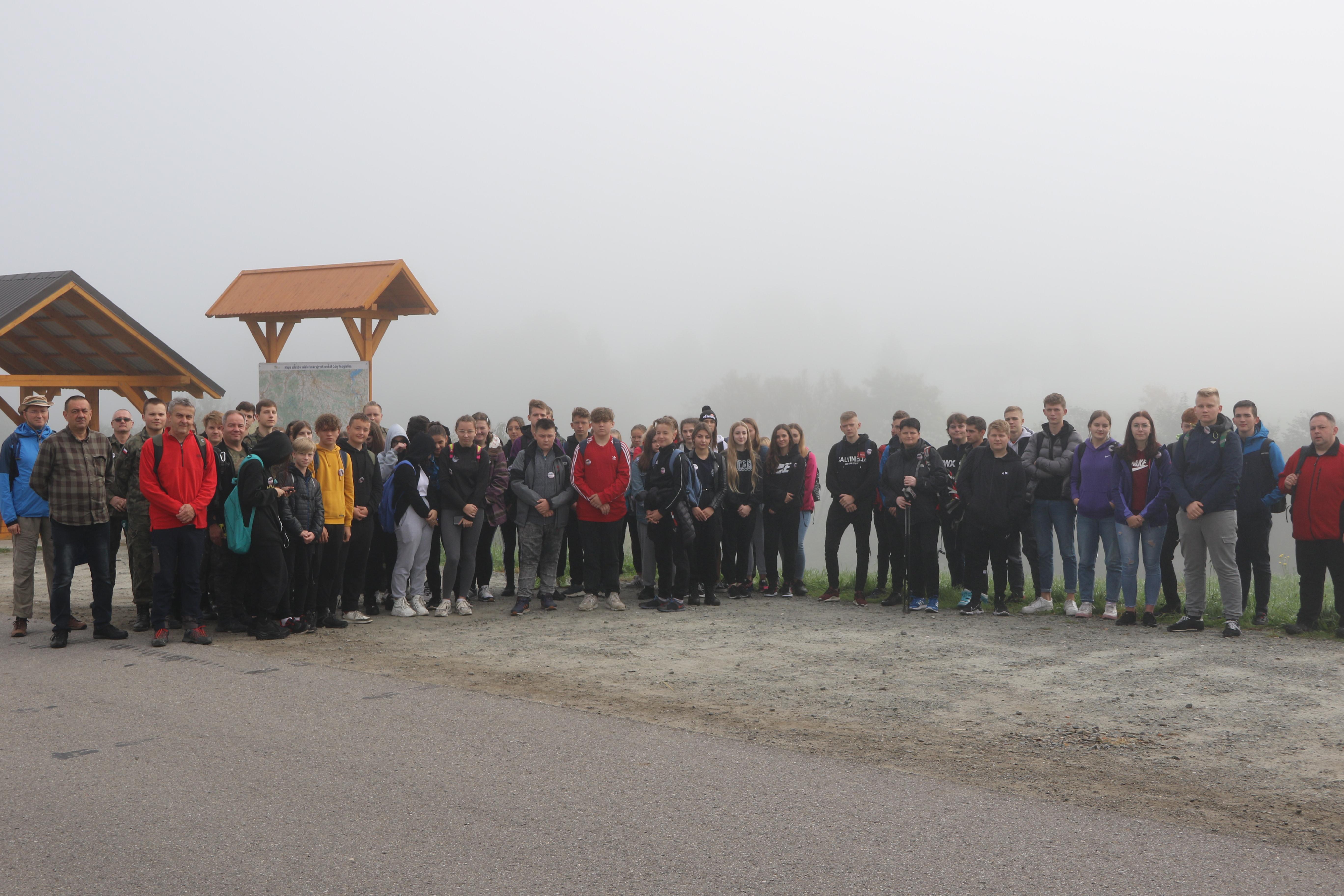 Grupa uczniów biorąca udział w rajdzie.