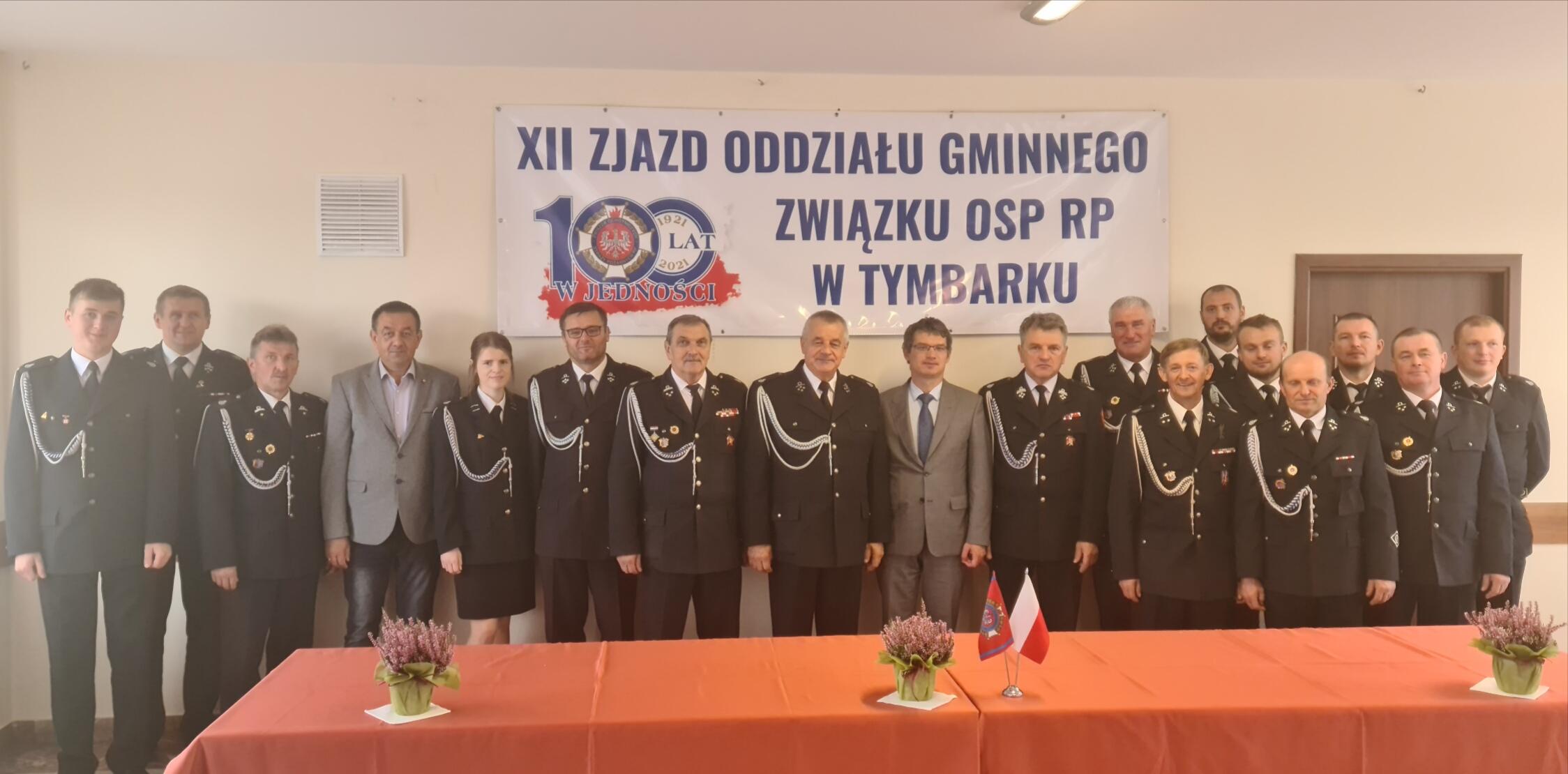 Wspólne zdjęcie wszystkich strażaków którzy uczestniczyli w zebraniu wraz z wójtem.