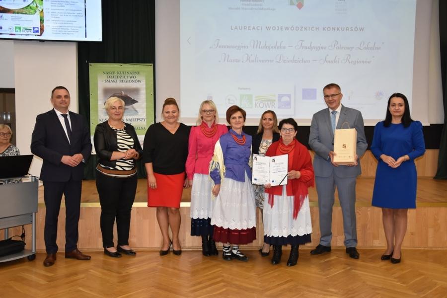 KGW Olszówka podczas odbioru nagrody w Wojewódzkim etamie konkursu kulinarnego