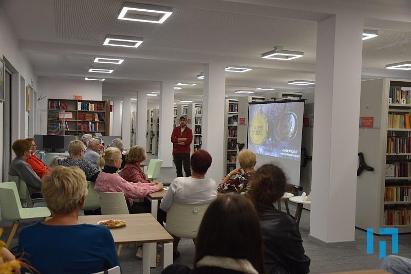 Zdjęcie przedstawia Roberta Maciąga z uczestnikami spotkania
