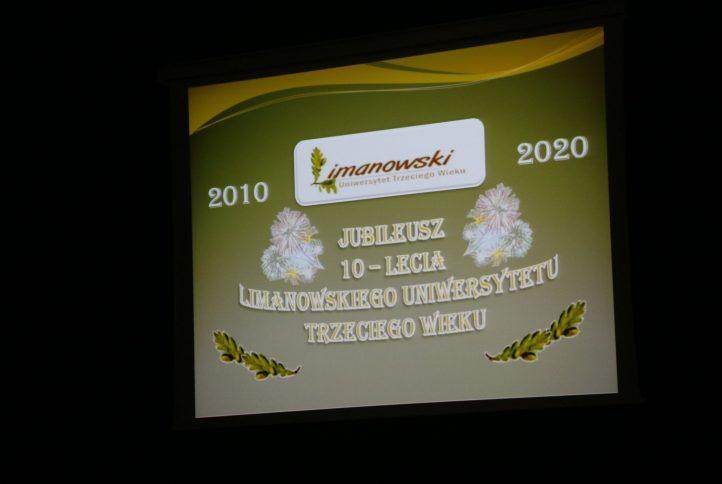 Zdjecie przedstawiajace informacje wyświetlana na ekranie kinowym : 2010-2020 Jubileusz 10-lecia Limanowskiego Uniwersytetu II Wieku