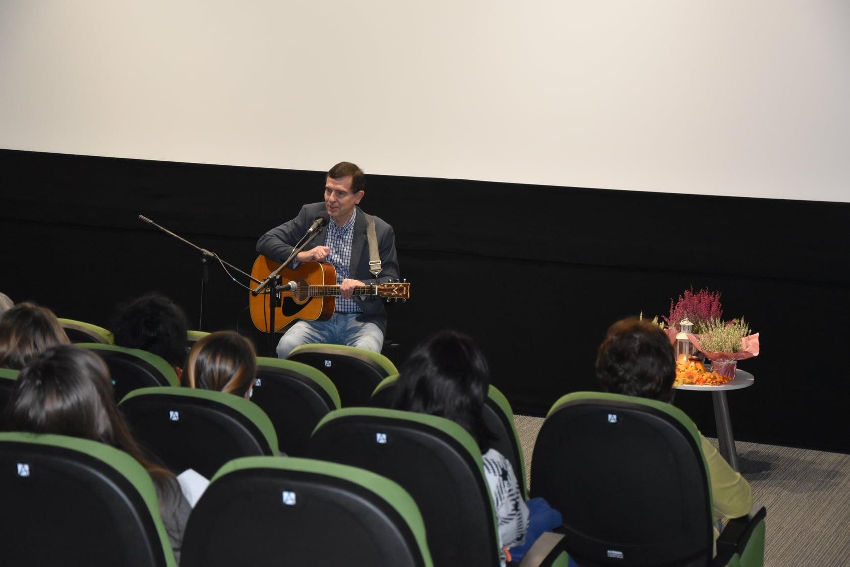 Wokalista Kuba Michalski podczas występu