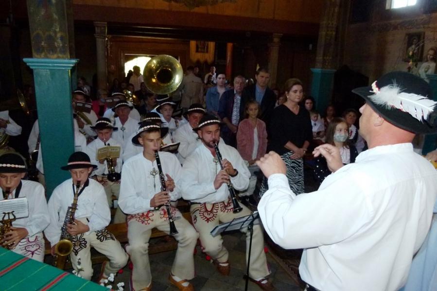 Koncert góralskiej orkiestry w trakcie Zagórzańskiej mszy św.