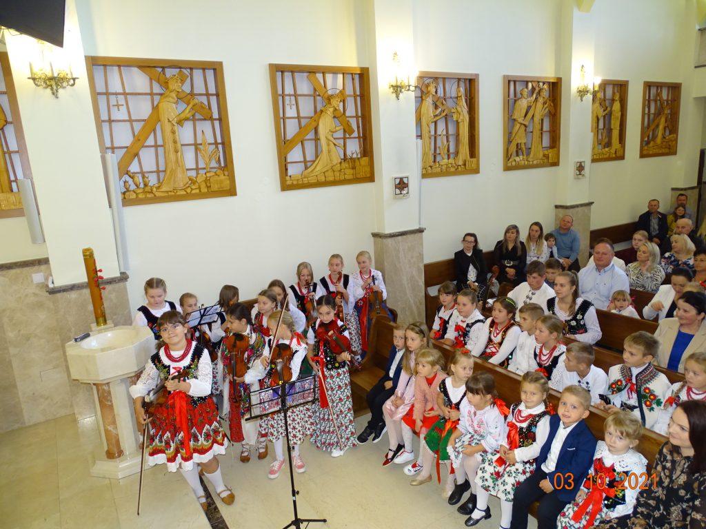 Dzieci z Małych łętowian podczas występu w kościele.