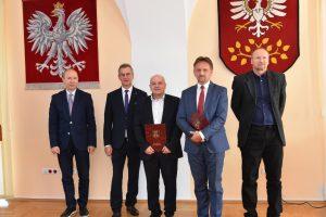 Starosta Limanowski Mieczysław Uryga wraz z nagrozonymi nauczycielami.