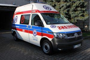Zdjecie przedstawiajace nowy ambulans przekazany dla ratownictwa medycznego Szpitala Powiatowego w Limanowej