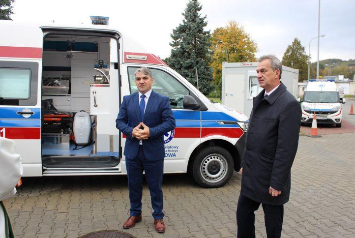 Starosta Limanowski Mieczysław Uryga wraz z Dyrektorem Szpitala Marcinem Radziętą stoją przed nową karetką.