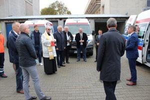 Zdjecie przedstawiajace moment poświęcenia nowego ambulansu