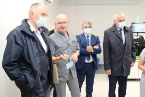 Zdjecie przedstawiajace wizytacje nowootwartej pracowni analitycznej szpitala powiatowego w Limanowej.