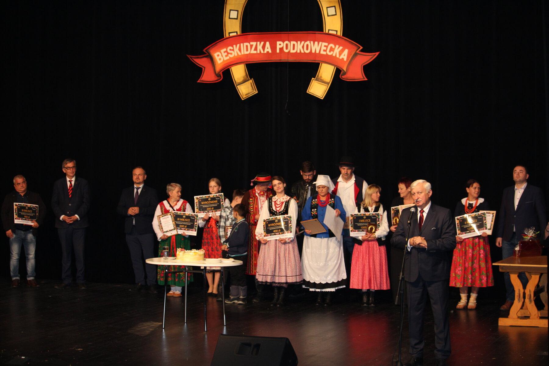 Beskidzka Podkówecka - zdjecie przedstawiajace moment wreczenia nagród na scenie Limanowskiego Domu Kultury